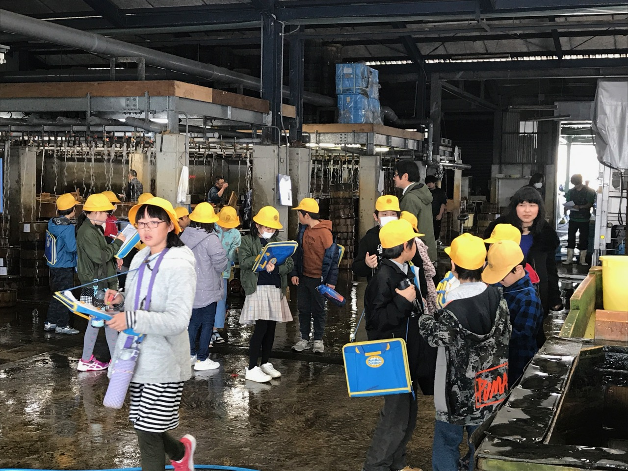 一色漁協の施設を見学に来た地域の小学生