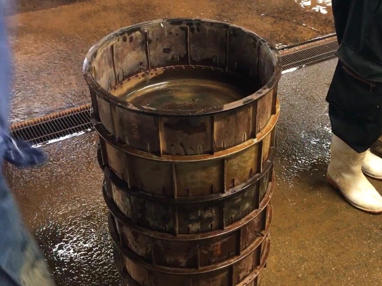 円筒形の容器が積み上げられたところ