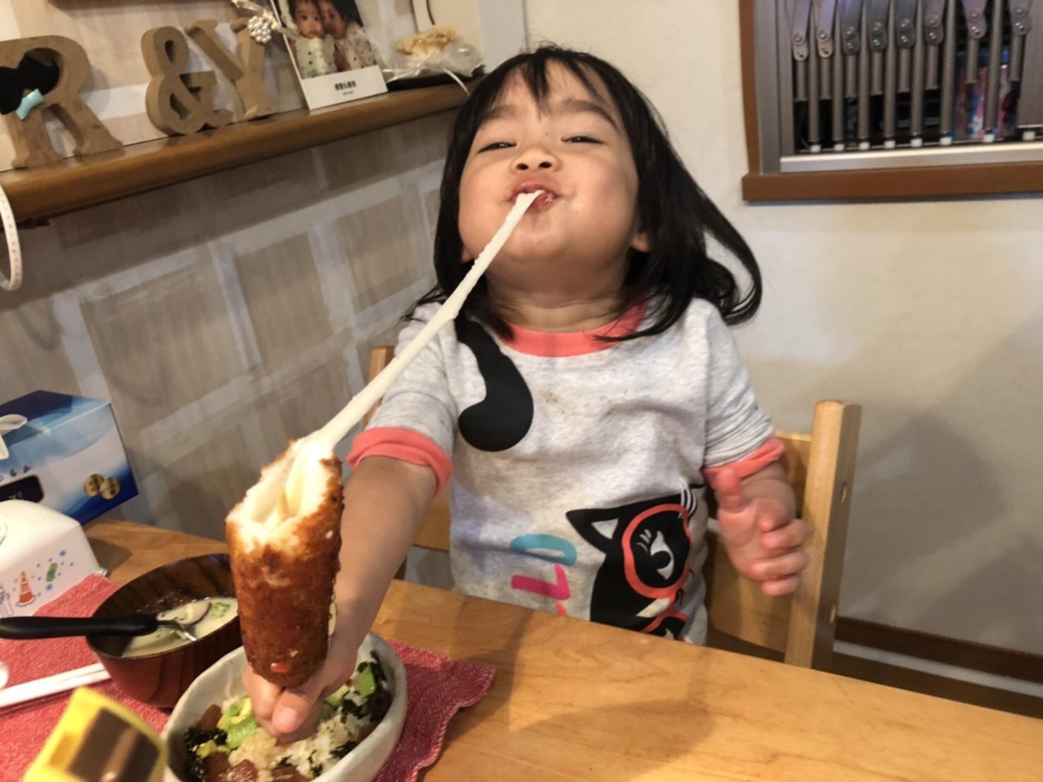 子供がはんぺいを食べる様子